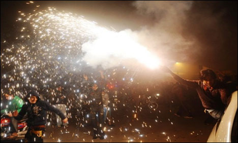 Pakistanis welcome New Year 2014 with fireworks, aerial fire & dancing