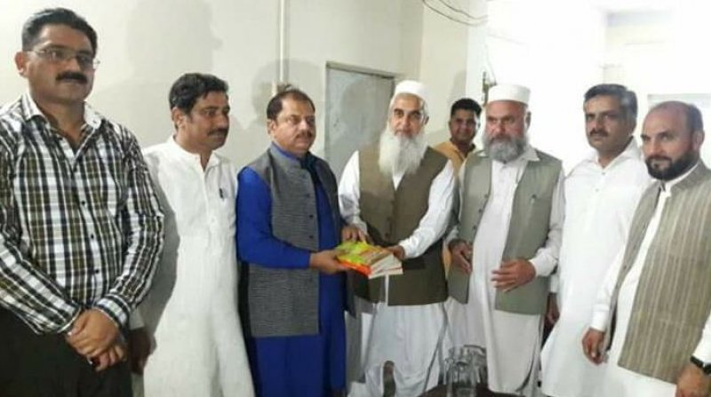 ASWJ leader giving books as gift to Provincial President of P.F.U.J