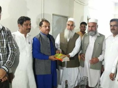 leader, giving, books, provincial, president, p.f.u.j, asad mustafa, hazara news, kpk news, advertisment